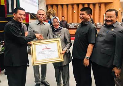 Walikota Pekanbaru serahkan penghargaan luar biasa kepada fraksi di DPRD Pekanbaru.