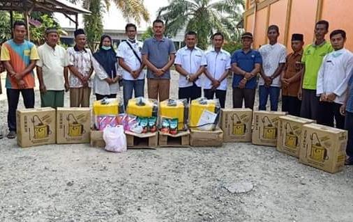 Kades Sontang Zulfahrianto didampingi Sekdes Mulyadi, bagikan 20 unit alat semprot dan cairan disinfektan ke perwakilan 4 dusun di Desa Sontang untuk memutus mata rantai penyebaran Covid-19.