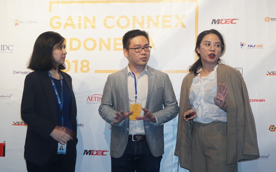 Senior Research Manager and Head of Operations of IDC Asean, Mevira Munindra (kiri), bersama Head of High Growth Companies, Enterprise Development of MDEC, Ryan Yann Nong Chan (tengah), dan Managing Director INGRM Communications, Dila Karinta Riani (kanan), berbincang usai menggelar GAIN Connex Indonesia 2018 di Jakarta, Kamis (20/9).