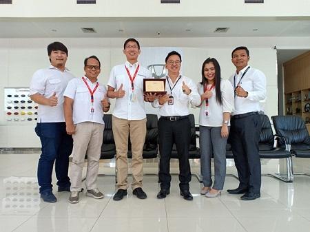 Foto bersama piagam penghargaan