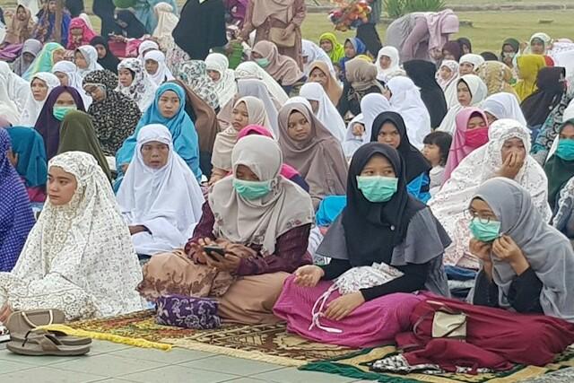 Tampak warga yang mengenakan masker saat pelaksanaan Salat Idul Adha. Foto: Antara