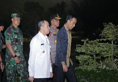 Gubri H Syamsuar didampingi Forkopinda Prov Riau menyambut Kedatangan Presiden RI Ir H Joko Widodo di Lanud Roesmin Nurjadin.