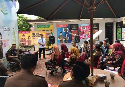 Kajari Kuansing Hari Wibowo, SH, MH saat membuka acara English Day diikuti seluruh pegawai dan staf Kejaksaan.