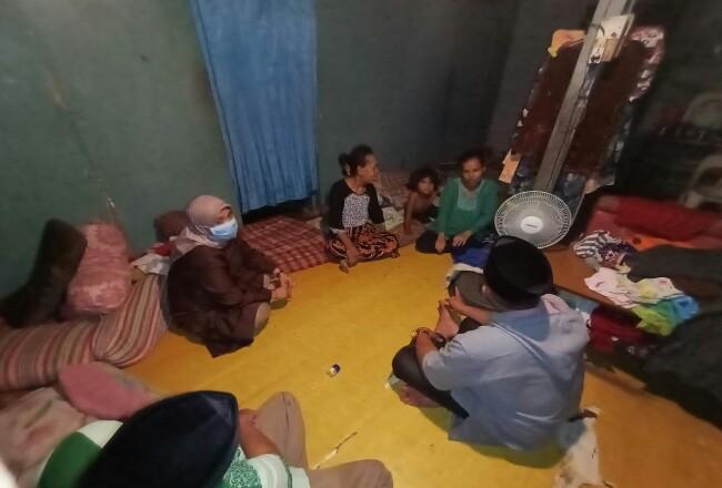 Camat Tebingtinggi, Rayan Pribadi saat mengunjungi rumah Pasutri Tanain dan Andik Fatimah, Warga Jalan Manggis Gang Buntu, Kelurahan Selatpanjang Kota yang sudah lama menderita sakit, Sabtu (16/5/2020) malam.