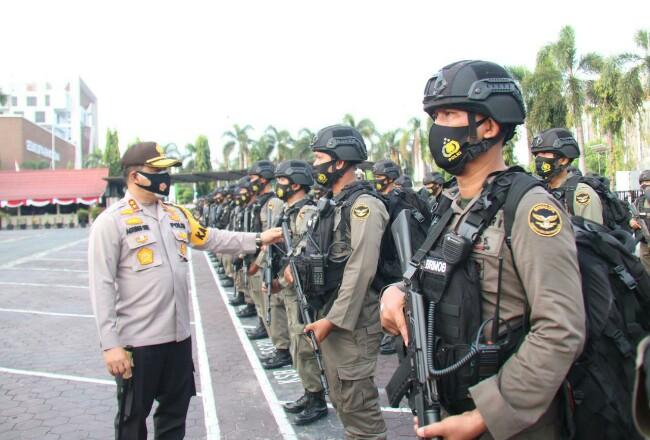 Kapolda Riau melepas personel Sat Brimob Polda Riau.