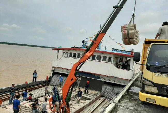 Peresmian Bongkar Muat di Pelabuhan Indragiri Parit 21 Tembilahan.