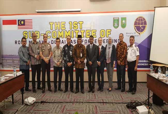 Foto bersama usai pembukaan Rapat Persiapan Pengoperasian Kapal Ro-Ro Dumai - Melaka di meeting room hotel The Zuri Dumai.