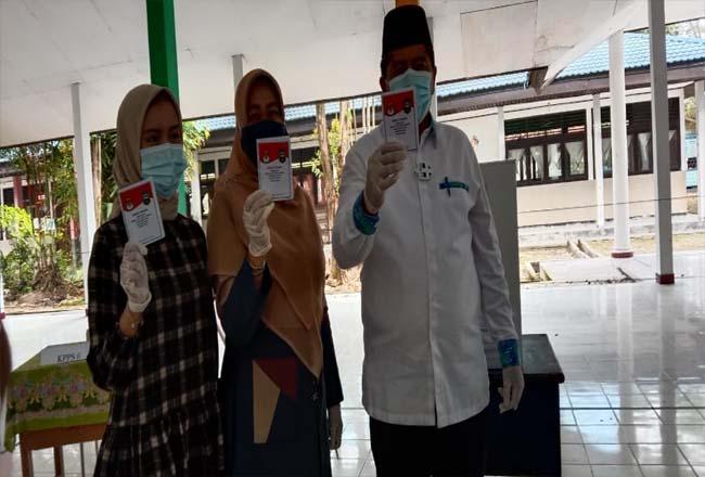 Alfedri dan istri mencoblos di TPS TPS 002 di SMA Negeri Siak.