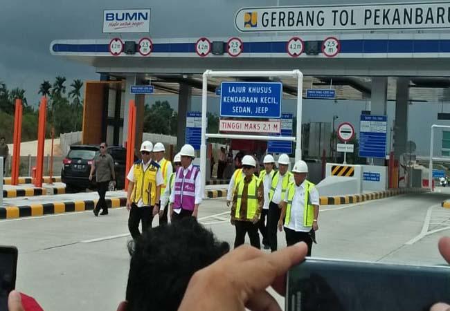 Presiden Republik Indonesia (RI) Joko Widodo (Jokowi) bersama rombongan tinjau tol Pekanbaru - Dumai (Permai) seksi I.