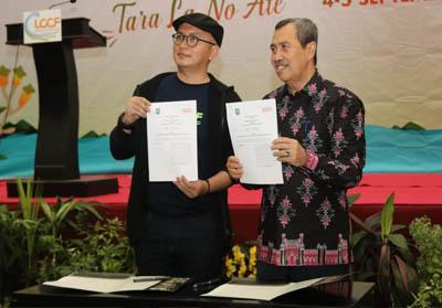 Penandatanganan nota kesepahaman Gubernur Riau Syamsuar dengan Ketua ICCN Tubagus Fiki C Satari.