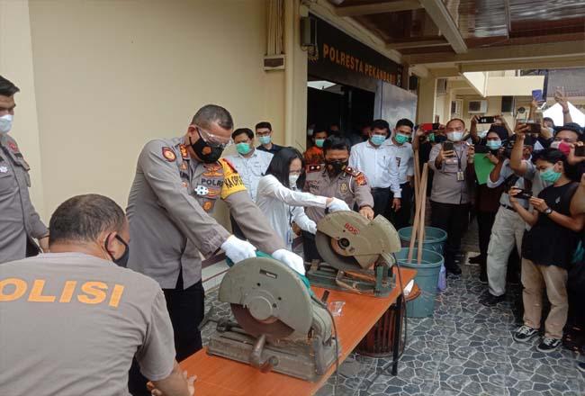 Polresta Pekanbaru musnahkan knalpot brong dengan mesin pemotong.