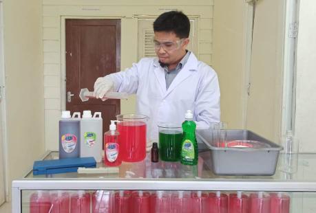 Rizal sedang meracik sabun berbahan eukaliptus. Masa pandemi ini, omzet penjualan mereka meningkat.