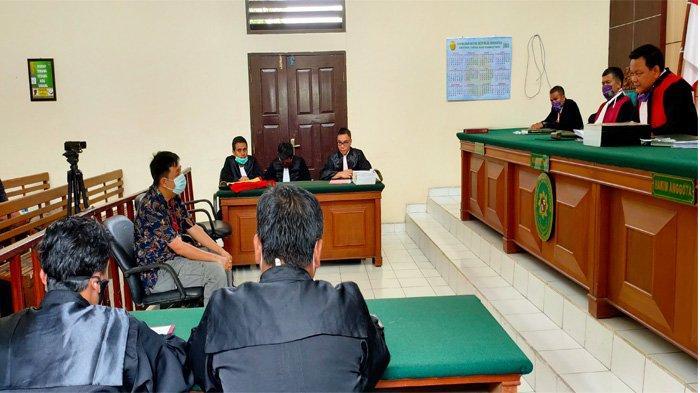 Sidang perkara Karhutla PT Adei Plantation digelar di Pengadilan Negeri Pelalawan, Rabu (15/7/2020) dengan agenda pembacaan dakwaan dari Jaksa Penuntut Umum (JPU) Kejari Pelalawan. FOTO: Tribun