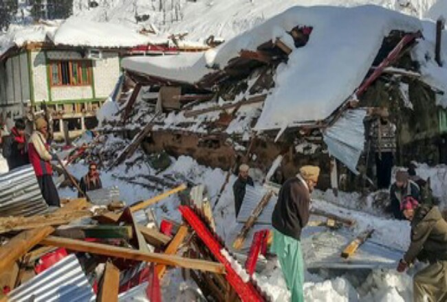 Lebih dari 130 orang tewas akibat banjir dan cuaca buruk di Pakistan dan Afghanistan selama beberapa hari belakangan. Foto: CNN