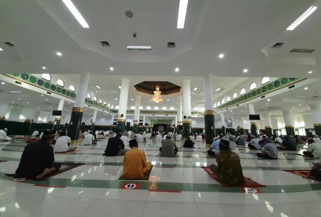 Suasana pelaksanaan Salat Id di Masjid Raya An-Nur Provinsi Riau di Pekanbaru, Jumat (31/7/2020). Foto: Riaupos