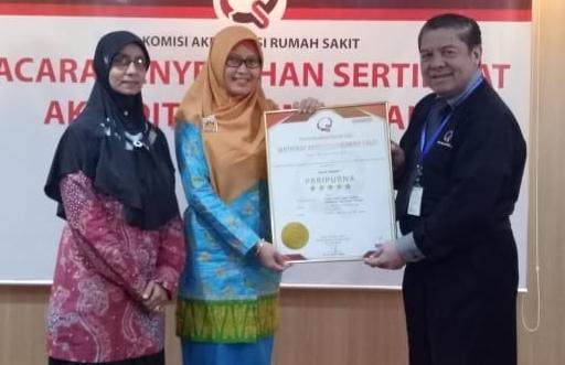 Penyerahan sertifikat akreditasi Paripurna Bintang 5 oleh Drs Adrian Jusuf Kilima selaku Office Supervisor KARS kepada Direktur RSUD Kepulauan Meranti, dr. R.H.Riasari.