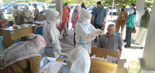 Petugas medis Diskes dan Puskesmas Rambah lakukan pengambilan sample saat tes swab pegawai BPKAD Rohul pasca 1 pegawai positif COVID-19.