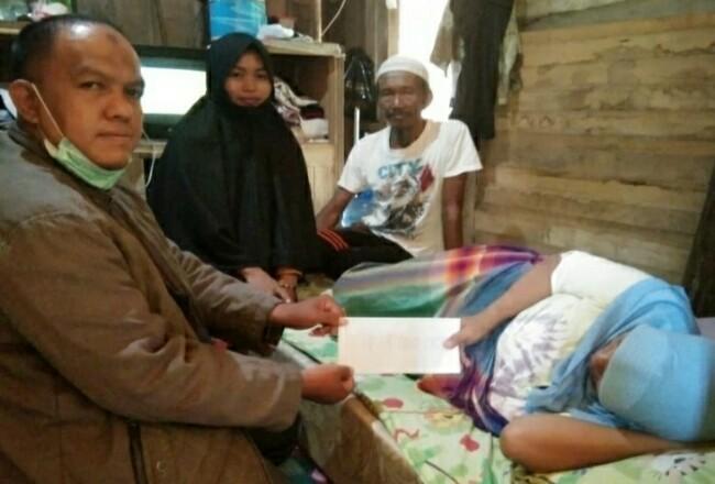 Staf BAZNas Rohul Rudy salurkan bantuan BAZNas Rohul ke Daliem, penderita kanker rahim yang kini hanya bisa tertidur, dan butuh bantuan.