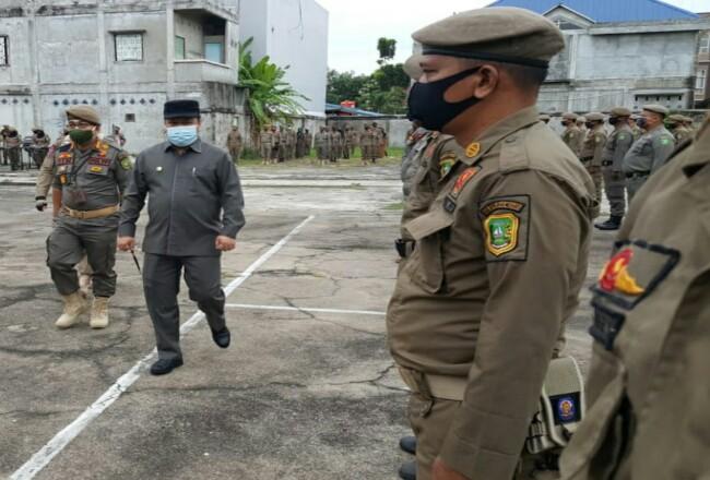Dalam rangka memasuki Adaptasi Kebiasaan Baru (AKB) di Kepulauan Meranti, Bupati Irwan didampingi Kasatpol PP, Helfandi mengecek langsung kesiap siagaan personil Satuan Polisi Pamong Praja (Satpol-PP), Jumat (14/8/2020) pagi.