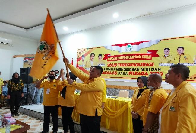 Ferdiansyah Ketua Partai Golkar Dumai terpilih mengibarkan bendera Pataka Golkar.