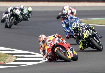 Valentino Rossi berada di belakang Marc Marquez.