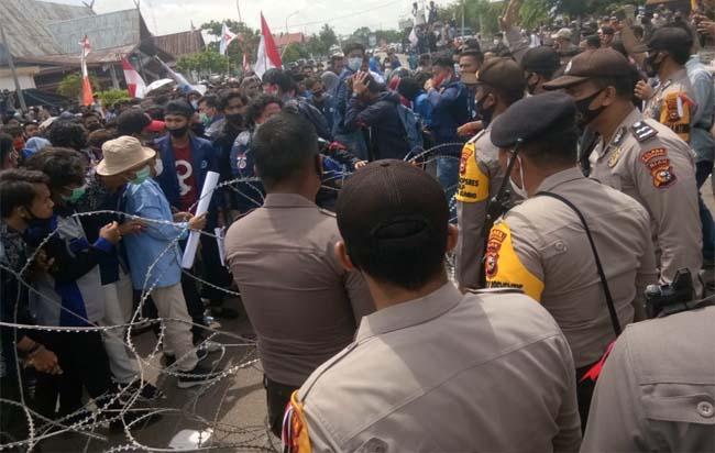 Aksi demonstrasi di depan Gedung DPRD Bengkalis.