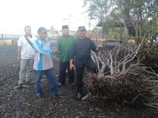 Edi Zakri Kades Pambang Baru, H. Bagus Santoso dan rombongan melihat kondisi parahnya abrasi di Pantai Pambang Baru.