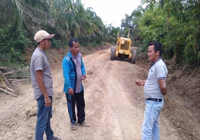 Sekdes Sialang Jaya bersama Kadus dan anggota TPK saat melihat proses pengerjaan peningkatan jalan yang dianggarkan dari dana Silpa DD 2018.