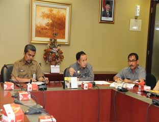 Assistant III Setdaprov Riau, Hardy Jamaladin, chaired the meeting handling smog in Riau Province.
