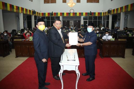 Ketua DPRD Rohul Novliwanda Ade Putra, menyerahkan RAPBD P 2020 yang sudah disepakati menjadi Perda APBD P 2020 kepada Bupati Rohul H.Sukiman dwgan total Rp1.684.410.168.163.