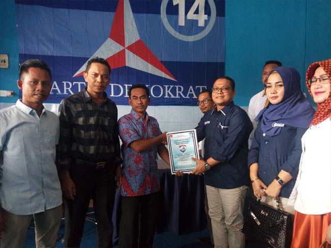 Bakal Calon Bupati (Bacabup) Kabupaten Rokan Hilir (Rohil), Bung Cutra Andika (BCA) mengatarkan formulir pendaftaran ke Partai Demokrat