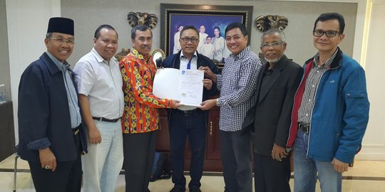Penyerahan SK PAN untuk Syamsuar-Edy Nasution.IST