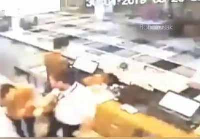 Screenshot video pemukulan.