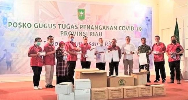 Penyerahan bantuan APD kepada  tenaga medis melalui Dinas Kesehatan Riau yang disaksikan Forkopimda Riau   di Posko Gugus Tugas Penanganan Covid-19 Provinsi Riau (25-3-2020).