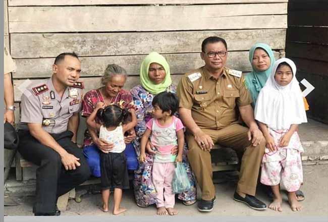 Bupati Suyatno dan Kapolres mengunjungi janda dengan 5 anak yang tinggal di kandang sapi.