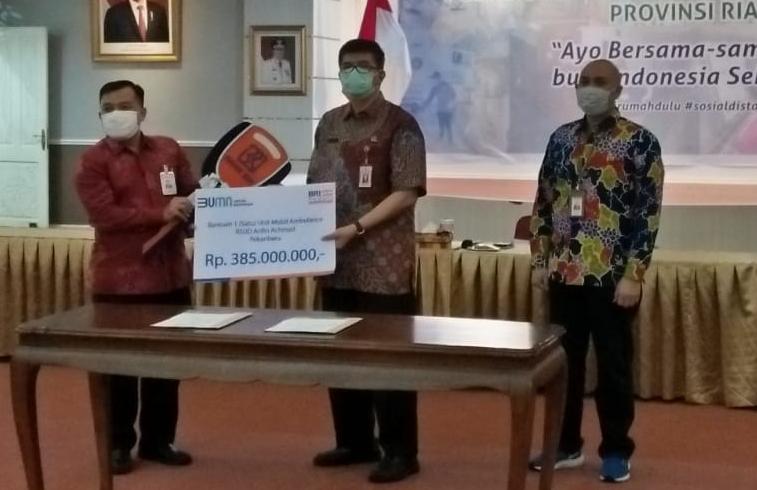 Penyerahan secara simbolis bantuan satu unit mobil ambulance kepada RSUD Arifin Achmad, Pekanbaru.