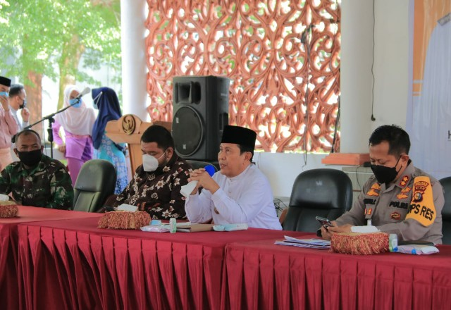 Bupati Sukiman, bersama pejabat Fokopimda, memimpin rakor pelaksanaan PPKM Mikro.