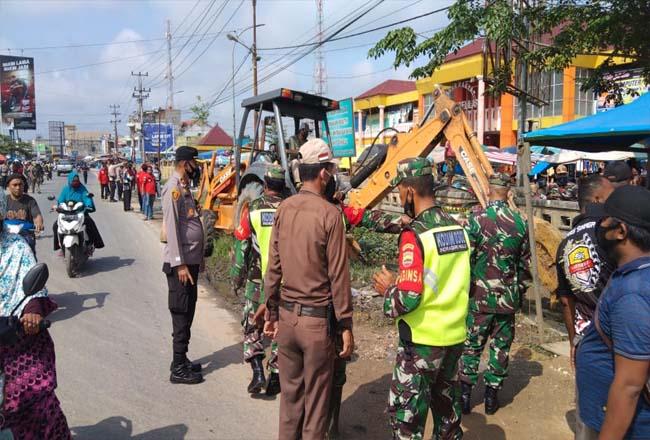 Antisipasi banjir masyarakat dan aparat setempat membersihkan got Pasar Soegih Belilas.