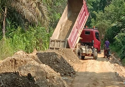 Truk yang membawa material untuk pembangunan jalan sudah datang.