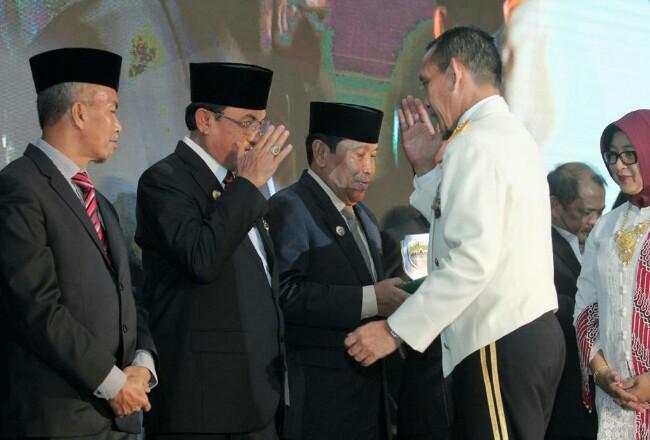 Bupati Inhil saat menerima penghargaan.