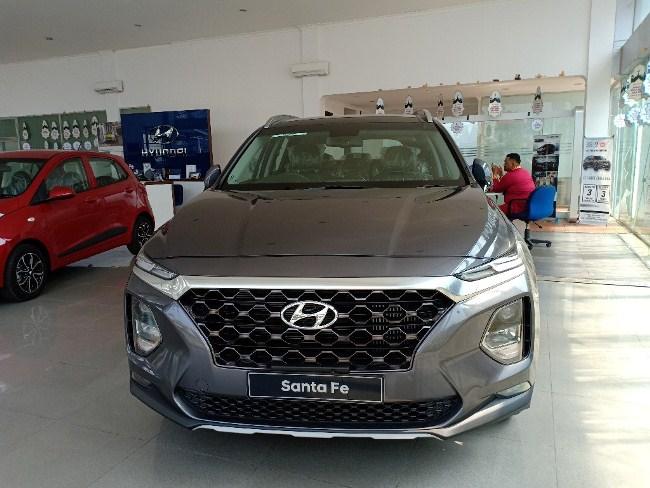 Hyundai Santa Fe di showroom Hyundai Pekanbaru