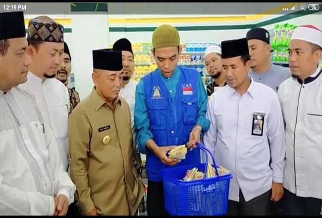UAS saat berbelanja di Bazmart di Jalan Akasia, Pangkalan Kerinci Kabupaten Pelalawan.