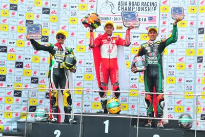 Pebalap binaan PT Astra Honda Motor (AHM) Awhin Sanjaya (tengah) berhasil meriah podium pertama pada balapan kedua di ajang ARRC 2019 seri ke enam di Sepang International Circuit, Malaysia (22/9). Hal ini melengkapi raihan pebalap binaan AHM lainnya yakni Irfan Ardiansyah yang telah berhasil meraih podium pertama pada balapan pertama (21/9).