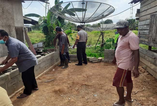 Bhabinkamtibmas Pematang Reba Kecamatan Rengat Barat bedah rumah janda berkebutuhan khusus.