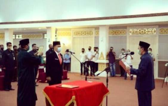 Gubernur Riau (Gubri) Syamsuar resmi lantik Sigit Juli Hendriawan menjadi Kepala Inspektorat Riau, Rabu (8/7/2020) di Balai Pauh Janggi.