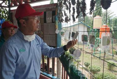 Chairman APRIL, Bey Soo Khiang memeriksa hasil karya siswa SD Global Andalan Estate Pelalawan saat meresmikan Pelalawan Science Park.