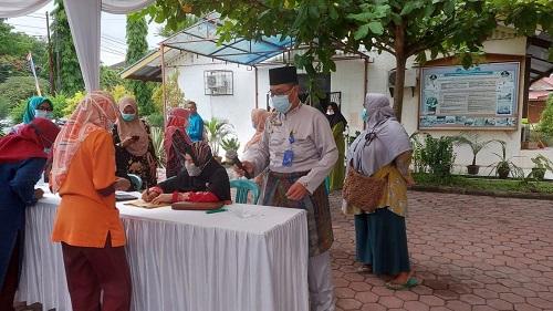 Kadisperindag Dumai Zulkarnaen meninjau pasar murah di halaman Kantor Disperindag Dumai.