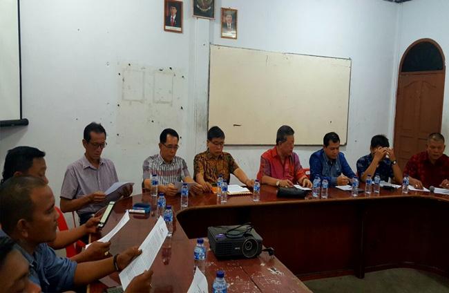 Dewan pembina dan pengurus YSUBB saat memberikan keterangan pers di Ruang Rapat Patria Dharma, Selatpanjang.