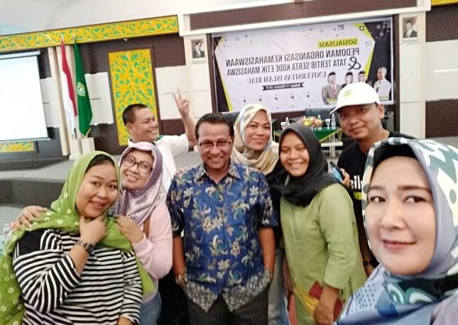 Kabag Humas dan Protokoler UIR Syafriadi bersama wartawan yang berhimpun di Forum Jurnalis Perempuan Riau.