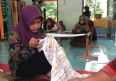 Yani merupakan pembatik dari Rumah Batik Andalan (RBA). Saat ini ia telah mahir membatik dan dari penghasilan dari membatik dapat mencukup ekonominya sehari-hari.